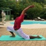 Yoga au bord de la piscine